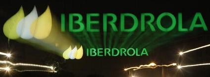 Логотип Iberdrola на стене одного из зданий компании в Мадриде. 8 мая 2013 года. Испанская энергокомпания Iberdrola проведет в Нью-Йорке листинг 18,5 процента своего нового американского подразделения Avangrid, сказал Рейтер глава Iberdrola Игнасио Галан. REUTERS/ Rocio Pelaez