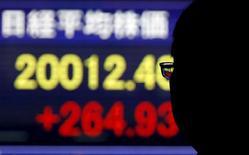 Un hombre mira un tablero electrónico que muestra el índice Nikkei de Japón, afuera de una correduría en Tokio, 1 de diciembre de 2015. Las acciones japonesas registraron el miércoles su mayor avance diario en dos meses y medio, gracias a que la confianza de los inversores fue apoyada por unas sólidas ganancias en Wall Street antes de un esperado aumento en las tasas de interés de Estados Unidos más tarde en el día. REUTERS/Toru Hanai