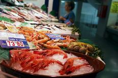 La inflación de la zona euro en noviembre fue revisada al alza hasta el 0,2 por ciento, subiendo un poco más de lo esperado debido sobre todo a una desaceleración de la caída de los precios energéticos, dijo el miércoles la agencia de estadísticas de la Unión Europea. En la imagen, varios productos en el mercado de Barceló de Madrid el 17 de julio de 2015. REUTERS/Juan Medina