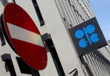 El logo de la OPEP, fotografiado en su sede en Viena, Austria, 21 de agosto de 2015. Los productores de la OPEP ven pocas posibilidades de que los precios del petróleo suban significativamente en 2016, debido a que la producción extra de Irán podría aumentar los excedentes en los suministros y las perspectivas de un control voluntario de la producción sigue siendo remota. REUTERS/Heinz-Peter Bader