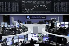 Operadores trabajando en la Bolsa de Fráncfort, Alemania, 16 de diciembre de  2015. Las acciones europeas subieron el miércoles, mientras los inversores esperaban el resultado de la reunión de la Reserva Federal de Estados Unidos, en la que el banco central podría subir sus tasas de interés por primera vez en una década. REUTERS/Staff