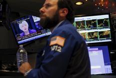 La Bourse de New York a fini en nette hausse mercredi, après que la Réserve fédérale eut décidé de lancer son cycle de resserrement monétaire, tout en insistant sur son caractère progressif. /Photo prise le 16 décembre 2015/REUTERS/Lucas Jackson