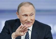 Президент РФ Владимир Путин на пресс-конференции в Москве 17 декабря 2015 года. Президент РФ Владимир Путин назвал заложенную оценку нефти $50 за баррель слишком оптимистичной, но сказал, что правительство не будет спешить с корректировкой бюджета. REUTERS/Maxim Zmeyev