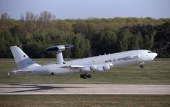 Самолёт дальнего радиолокационного обнаружения и предупреждения (AWACS) НАТО вылетает с Румынию с базы в Гельзенкирхене. 16 апреля 2014 года. НАТО планирует помочь ПВО Турции, чтобы уменьшить риск повторения инцидентов, аналогичных произошедшему с российским Су-24, и снизить беспокойство за распространение сирийского конфликта, сообщили высокопоставленные источники альянса. REUTERS/Francois Lenoir
