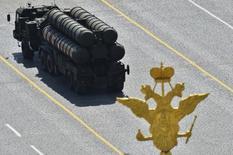 ЗРК С-400 участвует в военном параде на Красной площади в Москве. 9 мая 2015 года. Индийский Совет по оборонным закупкам одобрил приобретение пяти российских зенитных ракетных комплексов С-400, сообщили два источника в индийском оборонном ведомстве. REUTERS/Host Photo Agency/RIA Novosti