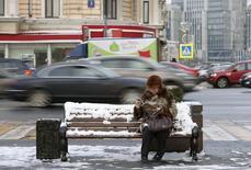 Женщина читает журнал на улице в центре Москвы 26 января 2015 года. Президент Владимир Путин сказал, что рано или поздно пенсионный возраст в России придется повысить, но пока время еще не пришло. REUTERS/Maxim Zmeyev