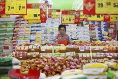 La croissance des ventes au détail en Chine, indicateur important de la consommation intérieure, devrait avoir ralenti en 2015, à 10,7% contre 12% en 2014, selon le ministère chinois du Commerce. /Photo d'archives/REUTERS
