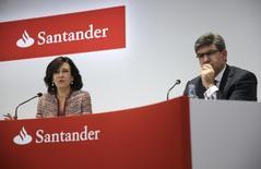 Banco Santander y Banco Popular están analizando pujar por el banco portugués BANIF, que está participado en un 60,5 por ciento por el Estado luso, dijeron el jueves dos fuentes cercanas al proceso. En la imagen se ve a la presidenta de Santander, Ana Botín, junto al consejero delegado del banco, José Antonio Álvarez, durante la presentación de los resultados bancarios de 2014 el 3 de febrero de 2015. REUTERS/Andrea Comas