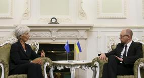 El Fondo Monetario Internacional dijo el viernes que estaba preocupado por un debate en el Parlamento ucraniano que en la práctica suponía un rechazo a la propuesta del Gobierno para un nuevo código fiscal y el presupuesto para 2016. En la foto, la directora gerente del FMI, Christine Lagarde, en un encuentro con el primer ministro ucraniano Arseny Yatseniuk en Kiev el 6 de septiembre de 2015. REUTERS/Valentyn Ogirenko