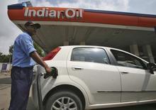 Рабочий АЗС заправляет автомобиль. Джамму, 29 августа 2013 года. Индийские компании Indian Oil Corp и Oil India ведут переговоры с Роснефтью о приобретении 29-процентной доли в компании Таас-Юрях Нефтегазодобыча, сообщили два источника в Индии. REUTERS/Mukesh Gupta