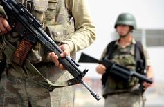 Турецкие солдаты охраняют блокпост на главной дороге между городами Мардин и Джизре. 9 сентября 2015 года. Силы безопасности Турции уничтожили 54 боевика Рабочей партии Курдистана (РПК) за три дня столкновений в городах Джизре и Силопи на юго-востоке страны, сообщило турецкое государственное агентство Anadolu Agency в пятницу. REUTERS/Sertac Kayar