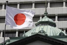La bandera japonesa ondea sobre el edificio del Banco de Japón, en Tokio, 6 de septiembre de 2010. El Gabinete japonés aprobó el viernes un partida presupuestaria adicional de 27.000 millones de dólares para el actual año fiscal que termina en marzo, con el fin de revitalizar el crecimiento en la tercera economía más grande del mundo. REUTERS/Toru Hanai