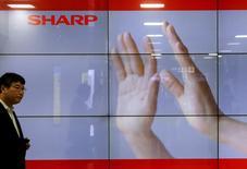 Экран с логотипом Sharp Corp в Токио. 30 октября 2015 года. Японский государственный фонд находится на завершающей стадии переговоров об инвестировании в Sharp Corp, планируя перестроить сегмент потребительской электроники корпорации, а также, возможно, организовать сделку с Toshiba Corp, сообщили Рейтер осведомленные источники. REUTERS/Toru Hanai