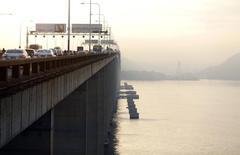 Autos avanzan sobre el puente Rio-Niteroi, administrado por EcoRodovias, en la bahía de Guanaraba, Río de Janeiro, Brasil, 18 de marzo de 2015. El italiano Gruppo Gavio pagó 2.220 millones de reales (573 millones de dólares) para obtener el control conjunto de EcoRodovias Infraestrutura & Logística, el operador brasileño de autovías cuyo propietario necesita de liquidez para pagar sus deudas. REUTERS/Ricardo Moraes
