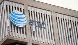 El gigante estadounidense de telecomunicaciones AT&T <T.N> y Radiomóvil Dipsa, filial de la mexicana América Móvil, están interesados en la de licitación 80 megahertz (MHz) de espectro radioeléctrico para el despliegue de servicios 4G, dijo el viernes el regulador del sector.  Imagen de archivo del logo de AT&T en un edificio en Pasadena, California, EEUU. 26 enero 2015. REUTERS/Mario Anzuoni