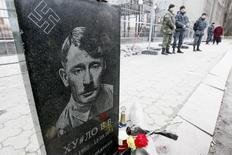 En la imagen de archivo, un cartel de Adolf Hitler, aparece colocado frente a la embajada rusa en Kiev con motivo de una protesta, Ucrania, el 15 de marzo de 2015. Un documento médico demuestra que Adolf Hitler sólo tenía un testículo, dijeron el sábado medios de prensa alemanes. REUTERS/Valentyn Ogirenko