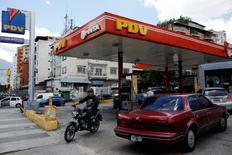 Una foto de una estación de gasolina perteneciente a la estatal venezolana PDVSA en Caracas,  29 de agosto de 2014. Dos hombres, uno de ellos un ejecutivo de una empresa que suministra equipos a la industria petrolera, fueron arrestados por cargos relacionados con un supuesto plan para ganar corruptamente contratos de la estatal petrolera venezolana, dijo el domingo el Departamento de Justicia de Estados Unidos.  REUTERS/Carlos Garcia Rawlins