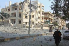 Здания в Идлибе, которые были разрушены, по словам активистов, в результатов ударов российской авиации. 20 декабря 2015 года. Десятки людей погибли в результате авиаударов, нанесенных в воскресенье, предположительно, российскими бомбардировщиками, в центре удерживаемого повстанцами сирийского города Идлиб на северо-западе Сирии, говорят сотрудники спасательных служб. REUTERS/Ammar Abdullah