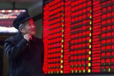 """Инвестор в брокерской конторе в Нанкине. 3 декабря 2015 года. Китайский индекс """"голубых фишек"""" CSI300 подскочил до максимума четырёх месяцев в понедельник за счёт роста акций компаний сектора недвижимости, банков и компаний потребительского сектора. REUTERS/China Daily"""