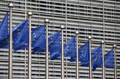 Флаги ЕС у здания Еврокомиссии в Брюсселе. 28 октября 2015 года. Европейский совет продлил на полгода, до 31 июля 2016 года, экономические санкции против России из-за неполного выполнения Москвой минских договоренностей об урегулировании конфликта на Украине. REUTERS/Francois Lenoir