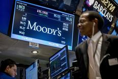 La incertidumbre política en España podría frenar la esperada mejora del rating del país, dijo el analista responsable de los ratings soberanos en una entrevista con Reuters el lunes. En la imagen se ve una pantalla con los datos de la bolsa en el parqué de Wall Street en Nueva York el 20 de enero de 2015. REUTERS/Brendan McDermid