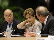 Presidente Dilma Rousseff na cúpula do Mercosul no Paraguai ao lado dos ministros Mauro Vieira (Relações Exteriores) e Armando Monteiro (Desenvolvimento, Indústria e Comércio). 21/12/2015 REUTERS/Jorge Adorno