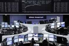 Operadores trabajando en sus estaciones de trabajo en la bolsa alemana en Fráncfort, dic 17, 2015. Las acciones europeas cayeron el lunes, cediendo sus ganancias previas ya que las pérdidas en el mercado español y un alza del euro pesaron sobre las bolsas de la región.    REUTERS/Staff