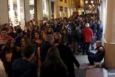 La demanda interna sigue impulsando el crecimiento de la economía española y ha llevado al Banco de España a revisar al alza en una décima su proyección de PIB para el país en 2015, aunque la entidad advierte sobre los riesgos asociados a las políticas económica y reformista tras las elecciones. En la imagen,  una calle comercial de Málaga el 27 de noviembre de 2015.  REUTERS/Jon Nazca
