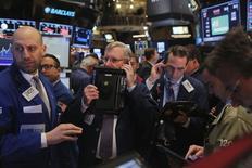 Operadores trabajando en la Bolsa de Nueva York, 17 de diciembre de 2015. Los inversores globales recortaron sus tenencias de acciones en diciembre y elevaron su exposición a los bonos, mostró el martes un sondeo de Reuters entre gerentes de fondos. REUTERS/Lucas Jackson