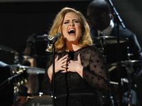 Adele durante apresentação em Los Angeles.    12/02/2012      REUTERS/Mario Anzuoni