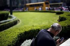 Una persona conversando por teléfono móvil en Ciudad de México, oct 8, 2015. Las acciones de la firma mexicana de telecomunicaciones Telesites, parte del imperio de negocios del magnate Carlos Slim, caían el martes más de siete por ciento en su segundo día de operaciones en la bolsa local.  REUTERS/Edgard Garrido