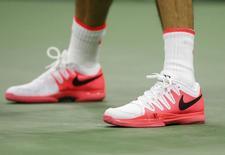 El calzado deportivo Nike utilizado por el tenista suizo Roger Federer en su encuentro frente a su compatriota Stan Wawrinka por el Abierto de Estados Unidos en Nueva York, sep 11 2015. Nike Inc, el mayor fabricante de calzado deportivo del mundo, reportó un alza de un 4,1 por ciento de sus ventas en el segundo trimestre fiscal gracias a un aumento de la demanda por  zapatillas y ropa en América del Norte.  REUTERS/Shannon Stapleton