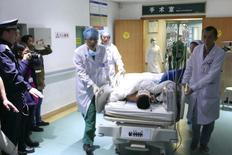 Врачи везут мужчину, проведшего под завалами более 60 часов, в больнице Шэньчжэня. 23 декабря 2015 года. Спасатели вытащили из-под завалов выжившего мужчину, который провёл там более 60 часов после схода огромного оползня из грязи и строительного мусора, накрывшего десятки зданий в китайском городе Шэньчжэнь, сообщают государственные СМИ. REUTERS/China Daily