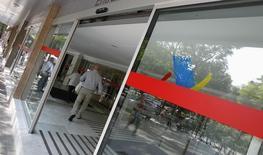 La Agencia Tributaria española publicó el miércoles un listado con las empresas y personas físicas que deben más de un millón de euros al erario público, un total de 4.855 deudores por un importe global de 15.600 millones de euros. En la imagen, la sede de la Agencia Tributaria en Barcelona, el 6 de septiembre de 2012. REUTERS/Albert Gea