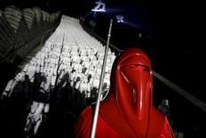"""Un fanático vestido como un personaje de """"La Guerras de las Galaxias"""" posa para una fotografía frente a réplicas de los """"Soldados Imperiales"""", durante un evento para promocionar la película """"El Despertar de la Fuerza"""", en las afueras de Pekín, China, 20 de octubre de 2015. Después de una gigantesca campaña de marketing, la creciente cháchara en las redes sociales en China en torno a """"La Guerra de las Galaxias: El despertar de la Fuerza"""" sugiere que la última entrega de la exitosa saga podría romper los récords de taquilla en el segundo mayor mercado cinematográfico del mundo. REUTERS/Jason Lee/Files"""