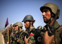 """Афганские военные на церемонии в Кабуле 7 октября 2015 года. Афганские войска в среду вступили в бой, оттесняя бойцов движения """"Талибан"""", вторгшихся в район Сангин в провинции Гильменд. Власти отрицают утверждение талибов о том, что те взяли под контроль управление полиции и административные здания в райцентре. REUTERS/Ahmad Masood"""