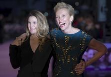 """Atrizes Drew Barrymore (E) e Toni Collette (D) posam para fotógrafos na estreia europeia do filme """"Já Estou com Saudades"""" em Londres. 17 de setembro de 2015. REUTERS/Neil Hall"""