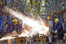 Empleados trabajan en la línea de producción en una fábrica de Dongfeng Nissan, en Zhengzhou, provincia de Henan, China, 12 de noviembre de 2015. La producción industrial de China crecería alrededor de un 6 por ciento en 2016 respecto al año anterior, al mismo ritmo que en el 2015, dijo el jueves el Ministerio de Industria del país. REUTERS/Stringer