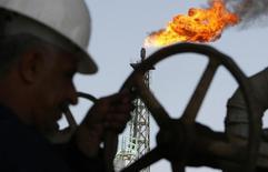 Рабочий на НПЗ Sheaiba в Басре 29 марта 2007 года. Цены на нефть Brent снижаются, возвращаясь к отмеченному на этой неделе 11-летнему минимуму, за счет избытка нефти на мировом рынке. REUTERS/Atef Hassan