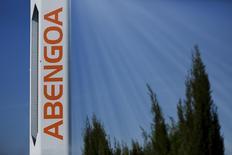 Una torre en una planta solar de Abengoa en Sanlucar la Mayor, España, nov 13, 2015. La compañía española de energía solar e ingeniería Abengoa firmó el jueves un contrato con sus bancos acreedores para recibir un préstamo de emergencia de 106 millones de euros (116,1 millones de dólares), para evitar la que sería la mayor bancarrota de la historia de España. REUTERS/Marcelo del Pozo