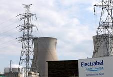 Electrabel, la filiale belge du groupe français Engie, a arrêté vendredi l'un de ses réacteurs nucléaires en raison d'une fuite d'eau, quelques jours seulement après l'avoir redémarré après une fermeture de près de deux ans. Le réacteur Doel 3 avait été redémarré lundi après un arrêt de 21 mois, conséquence de la découverte d'indications de micro-fissures sur la cuve, tout comme sur celui de Tihange 2, également arrêté. /Photo d'archives/REUTERS/François Lenoir