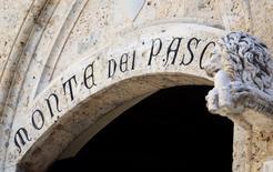 The entrance of the MonBanca Monte dei Paschi di Siena a annoncé lundi la signature d'un accord ferme de cession d'un portefeuille de prêts non-performants d'une valeur comptable brute d'un milliard d'euros à un véhicule de titrisation de Deutsche Bank. /Photo d'archives/REUTERS/Stefano Rellandini