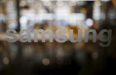 """Samsung Electronics prévoit une production initiale de près de cinq millions d'exemplaires pour son prochain modèle de """"smartphone"""", le Galaxy S7, selon l'Electronic Times qui cite des sources non identifiées. /Photo prise le 18 décembre 2015/REUTERS/Kim Hong-Ji"""
