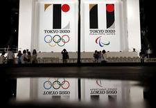 Los logos de los juegos Olímpicos y Paralímpicos de Tokio, vistos en un edificio gubernamental, en Tokio, 24 de julio de 2015. Los Juegos Olímpicos de Tokio 2020 probablemente impulsarán a la economía de Japón entre 0,2 y 0,3 puntos porcentuales en promedio cada año hasta 2018, lo que contrarrestaría parte de la presión por otra alza del impuesto a las ventas planificada para 2017, dijo el lunes el Banco de Japón.  REUTERS/Issei Kato