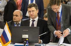 El ministro de Energía ruso, Alexander Novak, en una reunión de ministros en Teherán, nov 21, 2015. Novak dijo el lunes al canal de televisión Rossiya-24 que es improbable que los precios del petróleo caigan a entre 20 y 25 dólares por barril el próximo año debido a que el desplome sacudiría al mercado.  REUTERS/Raheb Homavandi/TIMA  IMAGEN PROPIEDAD DE TERCEROS, SOLO PARA USO EDITORIAL