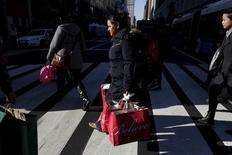 Mulher carregando sacolas de compras vista em Nova York.   24/11/2015   REUTERS/Brendan McDermid
