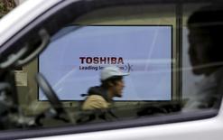 Логотип Toshiba Corp в Токио 26 ноября 2015 года. Японская компания Toshiba сообщила о намерении запросить новую кредитную линию в размере 300 миллиардов иен ($2,49 миллиарда) к концу января для финансирования масштабной реструктуризации после крупного бухгалтерского скандала, сказал представитель компании во вторник. REUTERS/Toru Hanai