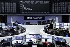 Las bolsas europeas subían el martes de la mano del avance del sector financiero.  En la imagen, operadores en la Bolsa de Fráncfort, el 28 de diciembre de 2015. REUTERS/Staff/Remote