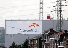 ArcelorMittal accuse la seule baisse du CAC40 et la plus forte du SBF120 (-2,64%) dans le sillage de l'indice des valeurs liées aux ressources de base, seul indice sectoriel européen dans le rouge, qui recule de 1,51%. Au moment, le CAC40 était en hausse de 1,32%. /Photo d'archives/REUTERS/François Lenoir