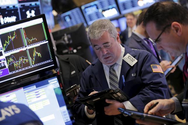 Traders work on the floor of the New York Stock Exchange in New York, December 28, 2015. REUTERS/Lucas Jackson